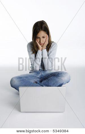 hübsches Mädchen mit schockiert Ausdruck Blick auf einem Laptop-computer