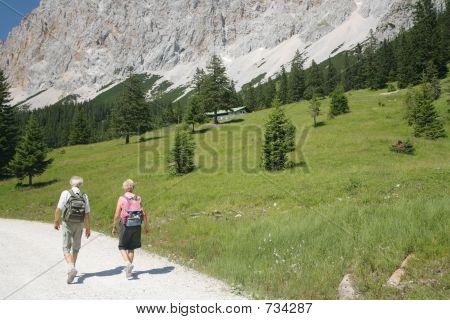 altes Paar Wandern in den Alpen