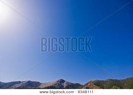 Berge und ein blauer Himmel