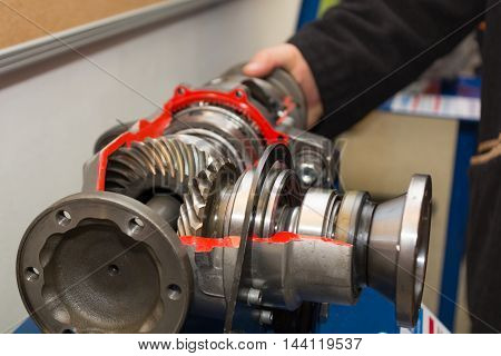 Model of a front axle gear shows operation