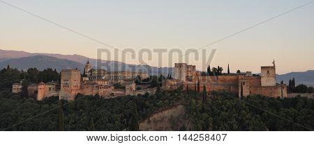 Vista panorámica de la Alhambra de Granada en la provincia de Andalusia en España, que servia como alojamiento al monarca y a la corte del reino Nazarí de Granada.