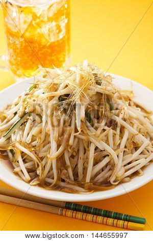 High heat stir fried shark's fin beer and bean sprouts