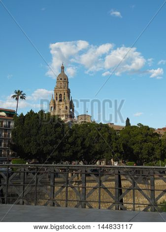 Vista de la torre de la Catedral desde puente
