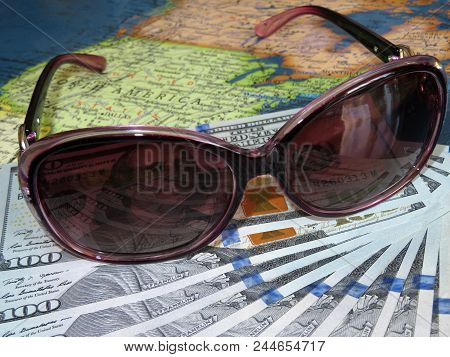 Sun Glasses And Us Dollars On The United States Map. Travelling And Summer Vacation In Us And Canada