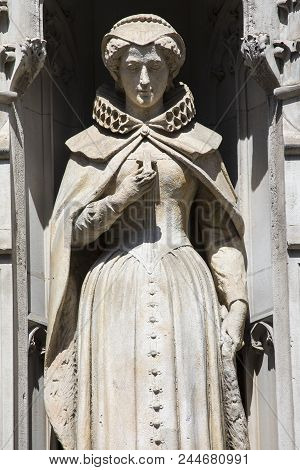 Statue Of Mary Queen Of Scots On The Facade Of A Building On Fleet Street In The City Of London, Uk.