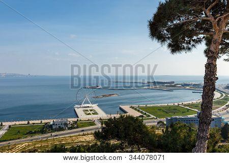 Baku, Azerbaijan - November 14, 2019: Baku Ferris Wheel Also Known As The Baku Eye Is A Ferris Wheel