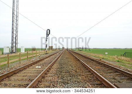Uitzicht Op Spoorlijn Vanaf De Overgang Visvliet, Groningen, Nederland