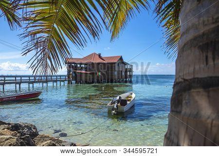 Roatán, Honduras »; Enero Del 2020: Una Construcción De Madera Sobre El Mar Caribe En La Playa De We