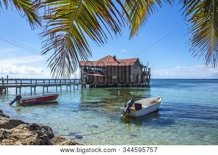 Roatán, Honduras »; Enero Del 2020: Bar Famoso De Madera Sobre El Mar Caribe En La Playa De West End