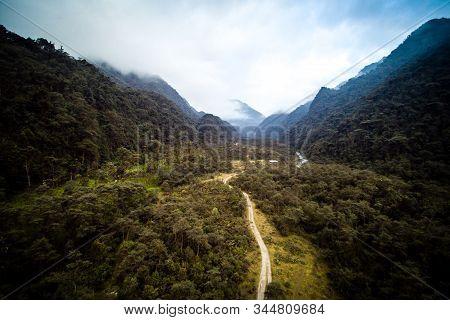 Camino Largo Por La Cordillera De Los Andes