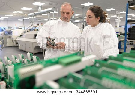 Engineer with trainees in microelectronics industry