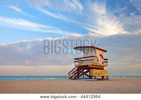 Sommer Szene in Miami Beach Florida mit einem bunten Rettungsschwimmer-Haus