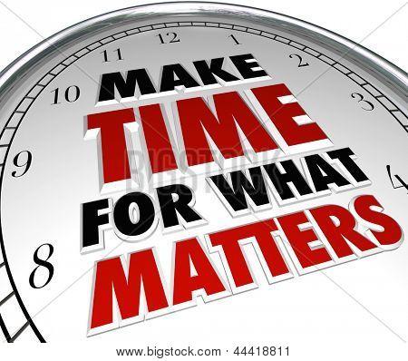 Las palabras de hacer tiempo para lo que los asuntos en un reloj que representa la importancia de que las prioridades