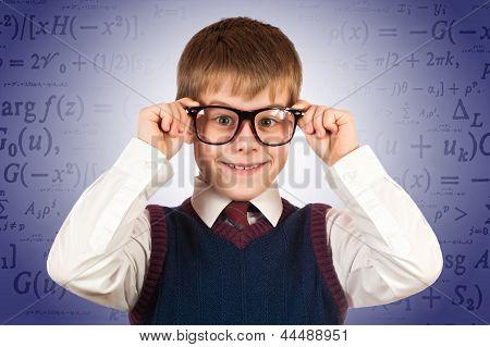 kleines Kind Prodigy auf dem Hintergrund der Formeln