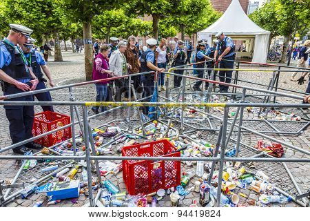 People At The Security Check  For The Visit Of Queen Elizabeth Ii In Frankfurt,bottles Are Forbidden