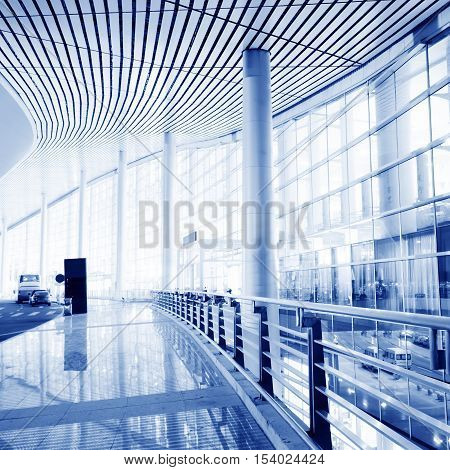 The glass curtain wall in the passenger terminal of the airport terminal.