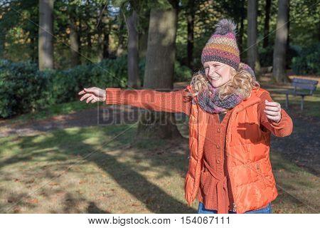 attraktive blonde Frau streckt die Arme zur Umarmung aus