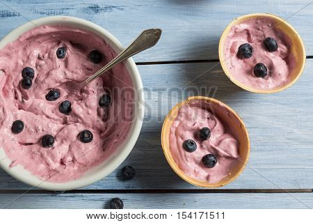 Homemade Ice Cream Made ​​with Blueberry And Yogurt