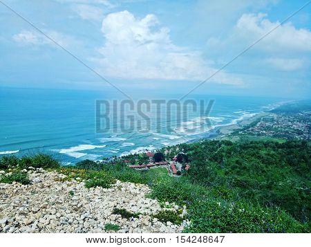 Melihat Pemandangan Alam yang Indah dan Pantai Parang Tritis dari Atas Bukit Parahlayang di Bantul