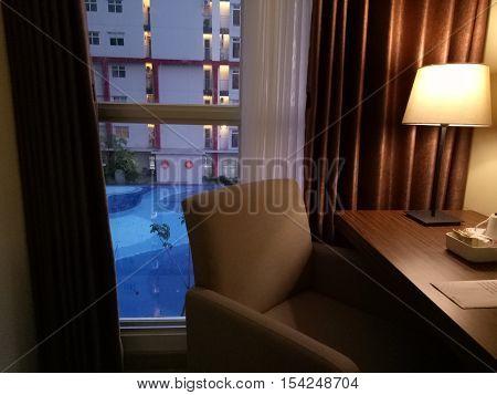 Menikmati Senja Sore di Balik Kamar Hotel Surabaya