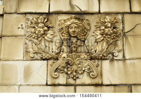 The bas-reliefs on the walls of the streetsbeautify the town.