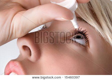 cuentagotas aplicación de mujer, close up