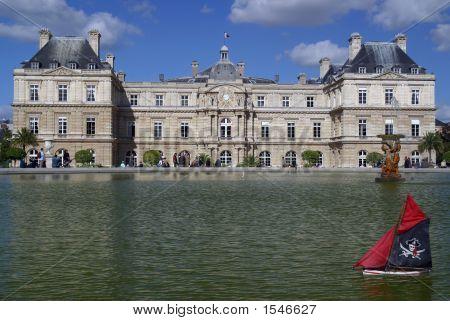 Palais Du Luxembourg Pond