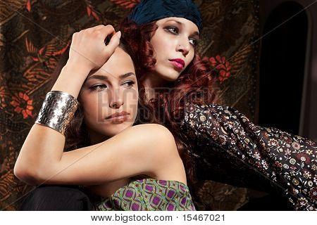 zwei Frau, rote und schwarze Haare