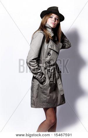 junge Frau im Decklack und schwarzen Hut, Studio shot