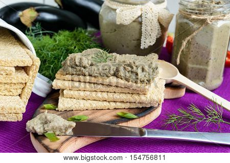 Gentle paste paste from the eggplant. Dietary dish. Put on a crisp low-calorie diet fitness bread. Vegan cuisine. For picnic. Close up