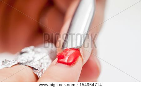 red shellac manicure peeling with foil at home