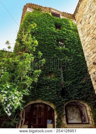 Saint Paul De Vence - Green Exterior Of House