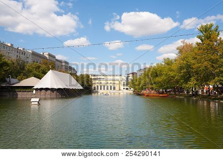Moscow, Russia - August 17, 2018: Pond, Trees And Buildings In Chistoprudny Boulevard. This Pond Is