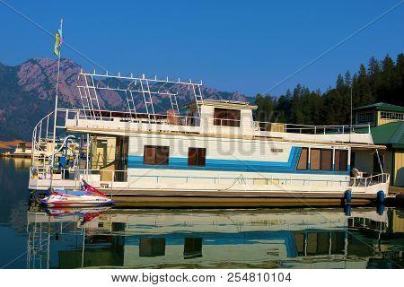 August 15, 2018 In Shasta Lake, Ca:  Houseboats Docked At The Holiday Harbor Marina In Shasta Lake,