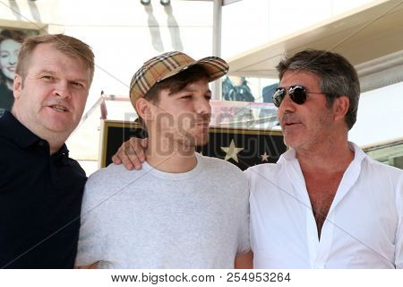 LOS ANGELES - AUG 22:  Rob Stringer, Louis Tomlinson, Simon Cowell at the Simon Cowell Star Ceremony on the Hollywood Walk of Fame on August 22, 2018 in Los Angeles, CA