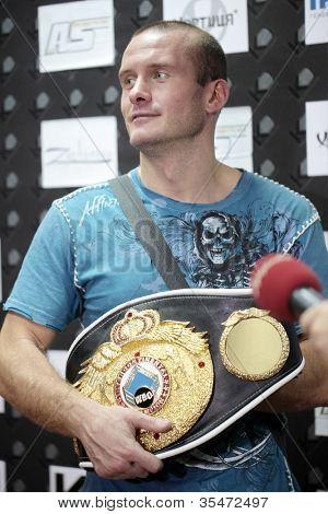 Odessa, Ukraine 21. Juli: Wjatscheslaw Uzelkov nach der Kampf mit Mohamed Belkacem für Wbo u. co