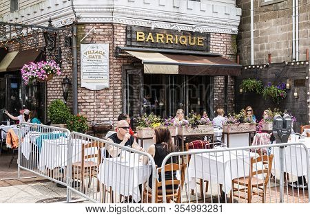 Babylon, New York, Usa - 1 June 2019: Customers Sitting And Eating Outside At Tables Placed In The S