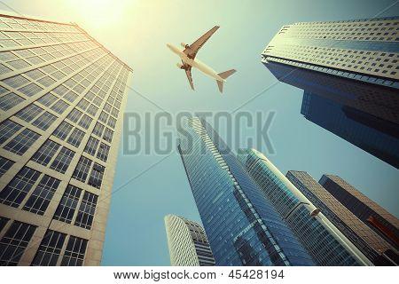 Nachschlagen bei Flugzeugen ist fliegen moderne städtische Bürogebäude In Shanghai