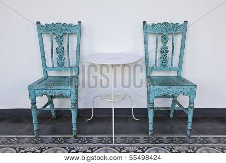 blaue Holzstuhl mit Tisch.