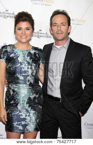 LOS ANGELES - NOV 4:  Tiffani Thiessen, Luke Perry at the Hallmark Channel's