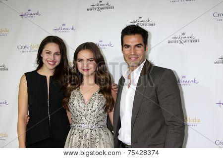LOS ANGELES - NOV 4:  Kaitlin Riley, Bailee Madison, Jordi Vilasuso at the