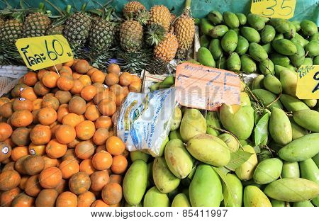 fruits seeling at maekong railway station market