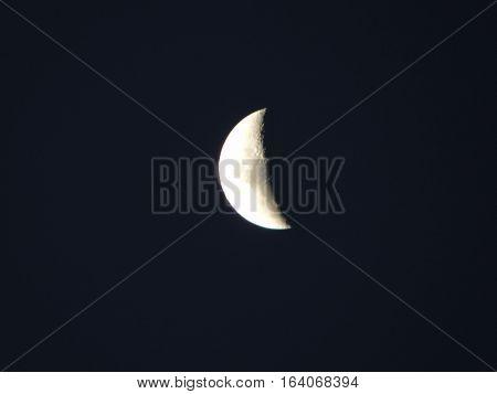 hermosa y nítida luna cuarto menguante en una noche de primavera en el cono sur