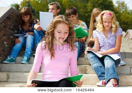 Estudantes de ensino médio na escadaria