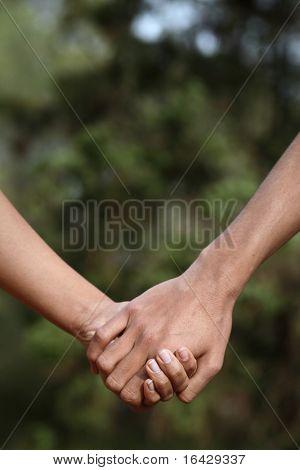 Junges Paar Hände halten (Closeup) während im Freien in einem park