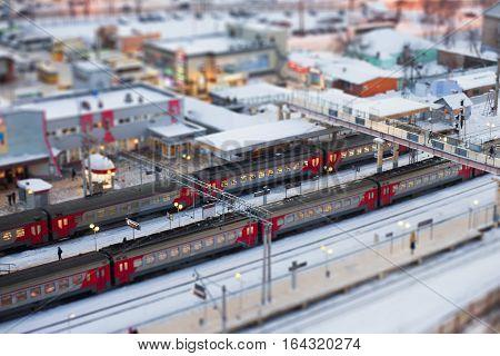 Электрички стоят зимой на станции, вид свер