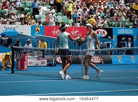 MELBOURNE - 25 januari: Li Na i Kina (L) i hennes inkvartera finalen vinna över tredje rundan vinna över Andre