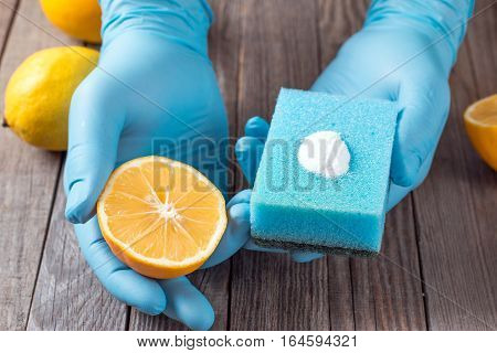 lemon and sodium bicarbonate in hand  on wooden table