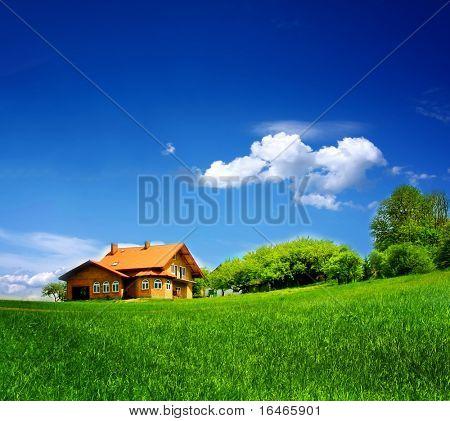 Neues Haus am blauen Himmel