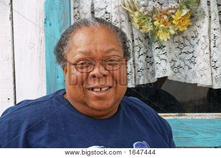 Afroamerikanerfrau mit einem Lächeln